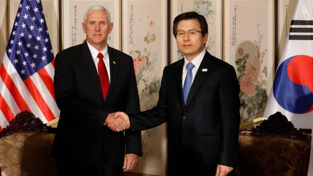 Pence saluda al presidente en funciones surcoreano, Hwang Kyo-anh.