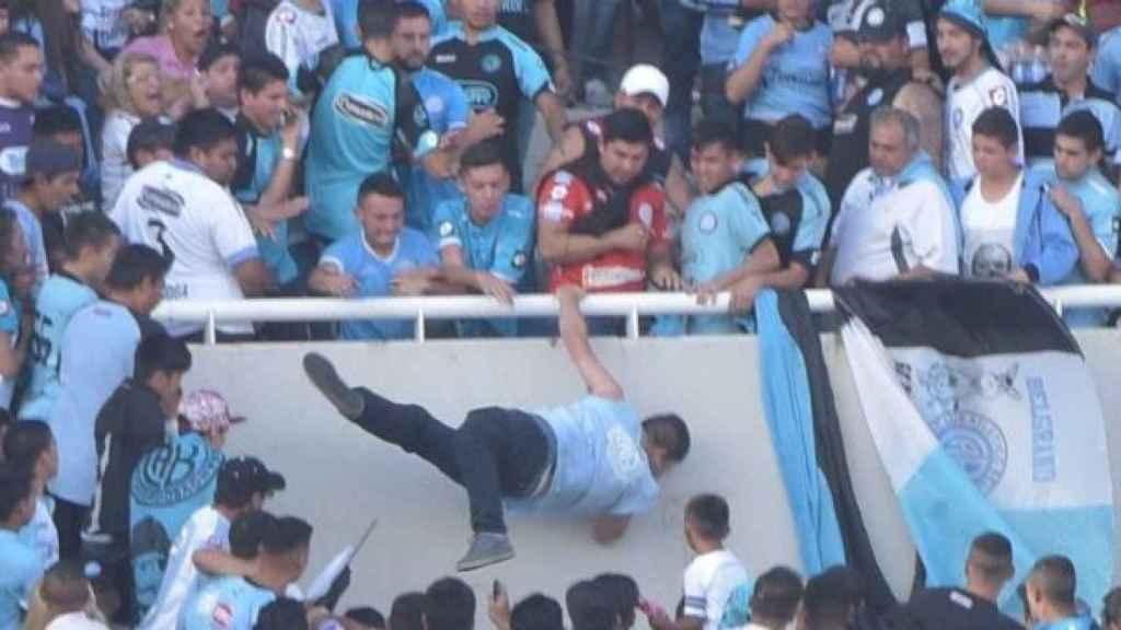 Emanuel Balbo cae desde la grada.