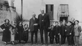 Una familia liliputiense junto al productor Carl Laemmle y al magnate circense A.G. Barnes en 1929.