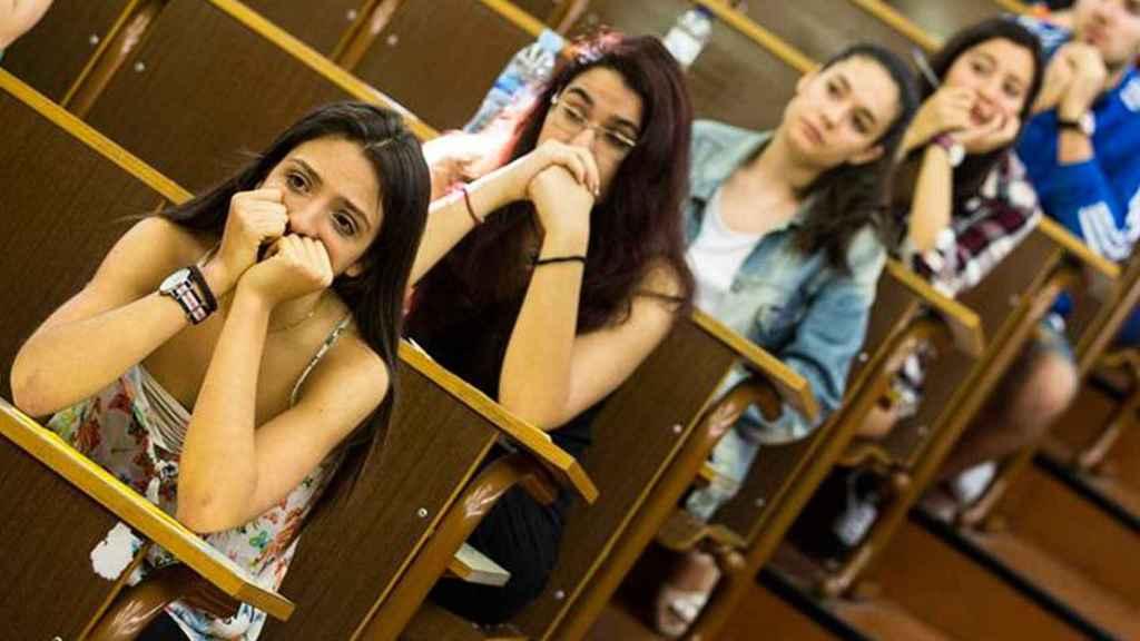 Alumnos durante el último examen de Selectividad.