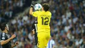 Casillas atrapa un balón en Champions // www.fcporto.pt/es