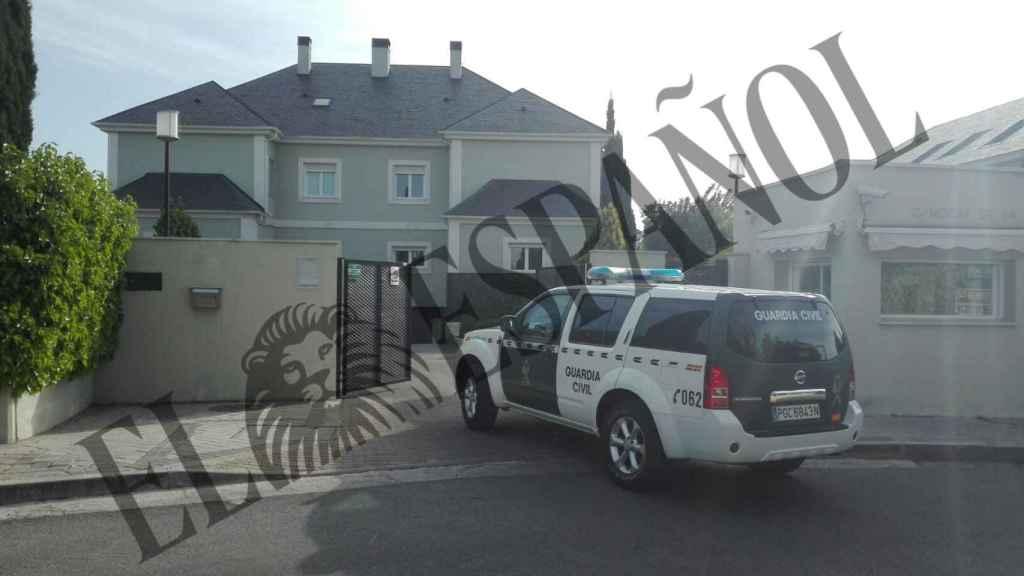 Un vehículo de la Guardia Civil a su llegada al domicilio de González