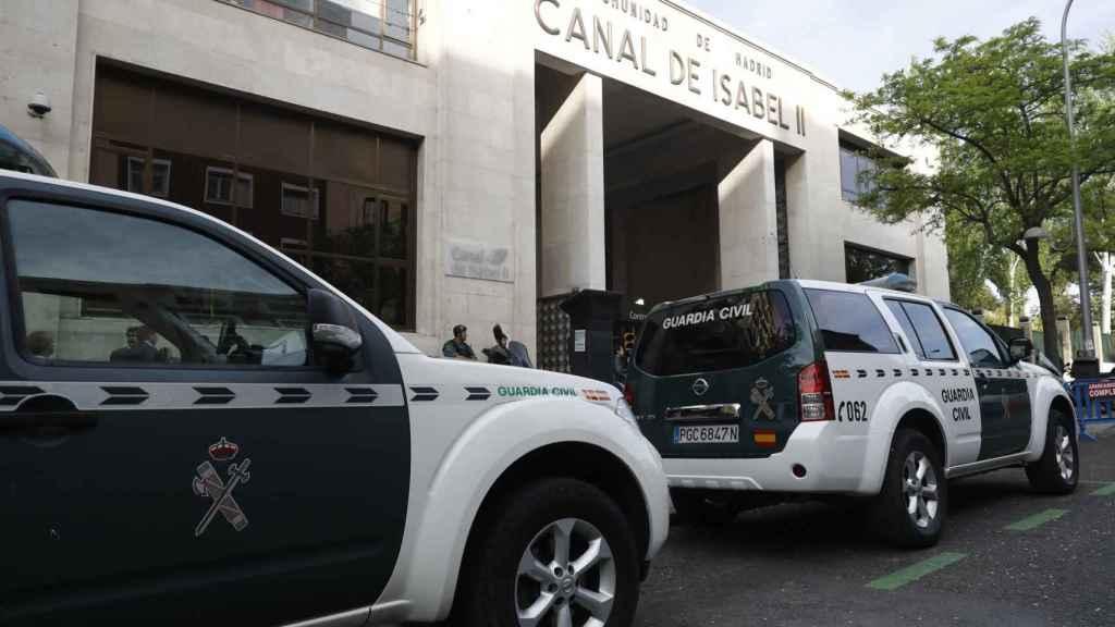 Agentes de la Guardia Civil ante la sede de Canal de Isabel II durante el operativo