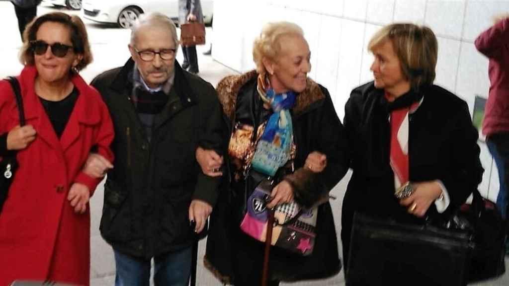 Fernández Villa, a su llegada a los juzgados, bastón en mano.