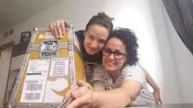 Rosa y Carol abren el paquete con esperma congelado procedente de Dinamarca