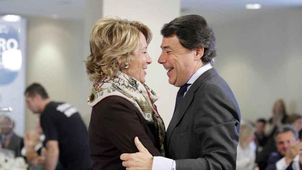 Aguirre y González fundidos en un abrazo cómplice.