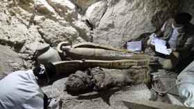 Arqueólogos egipcios documentan el contenido de una tumba de la necrópolis de Dra Abu al Naga en Luxor, en el sur de Egipto.