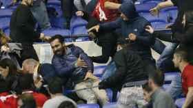 Un momento de la pelea entre aficionados de Lyon y Besiktas.