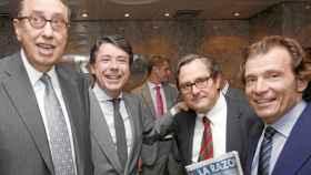 El presidente de La Razón, Mauricio Casals (izq), y su director, Francisco Marhuenda,junto al expresidente de Madrid, Ignacio González.