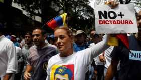 Lilian Tintori, activista y esposa del líder opositor preso Leopoldo López, participa en la madre de todas las marchas./ C. Garcia Rawlins/ Reuters