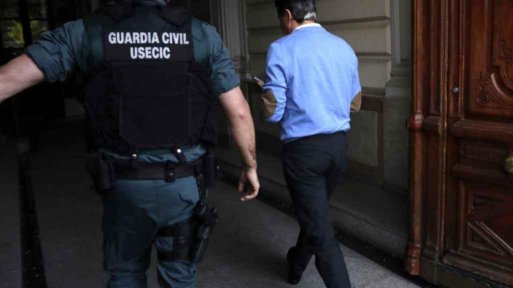 Ignacio González acompañado por los agentes al despacho que tiene en la calle Alcalá