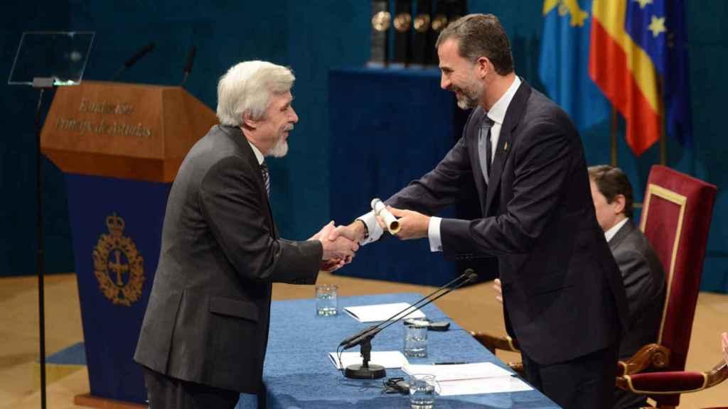 Rolf Dieter Heuer, recibiendo el premio de manos de Felipe VI.