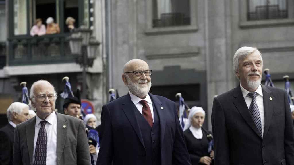 De izquierda a derecha, Peter Higgs, François Englert y Rolf-Dieter Heuer.