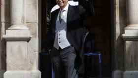 Eduardo Mendoza saluda al llegar al paraninfo de la Universidad de Alcalá de Henares.