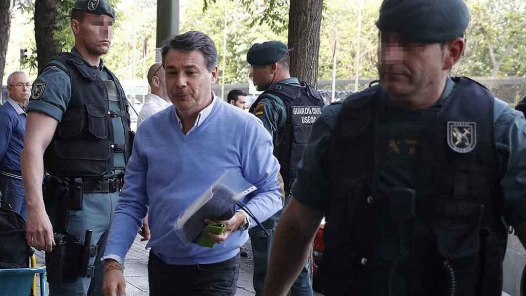 Ignacio González, custodiado por guardias civiles el pasado miércoles.