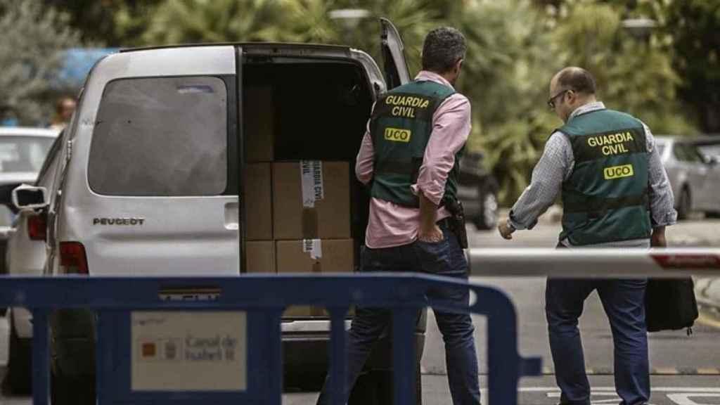 Agentes de la Guardia Civil en uno de los registros de la 'Operación Lezo'.