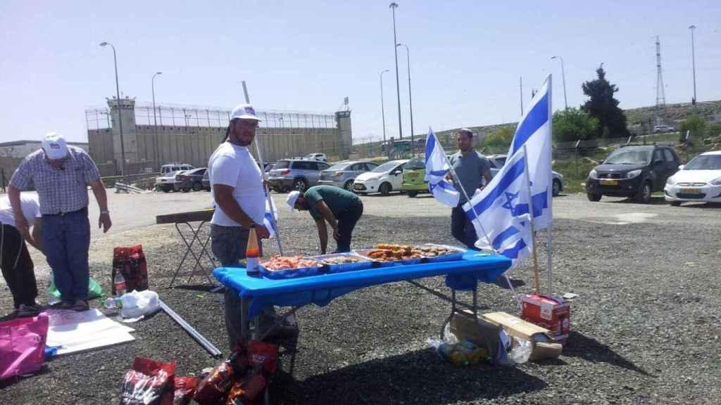 Los ultranacionalistas israelíes cocinan a escasos metros de la prisión.