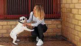 Ana Rosa Galán junto a su perro, Nano.