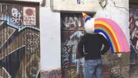 Curro lleva seis meses por las calles de Sevilla esperando para celebrar hoy su 25 aniversario