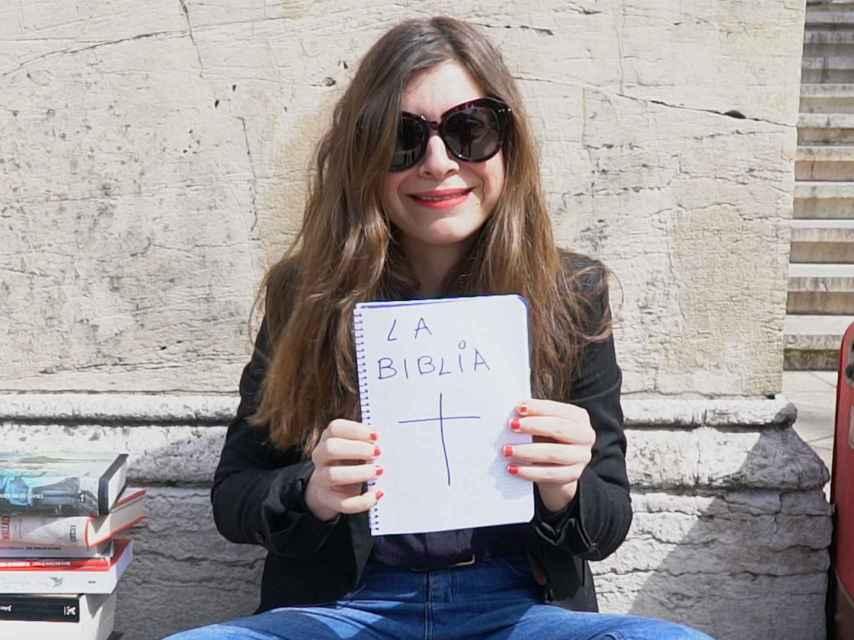Isa Calderón y su Biblia particular.