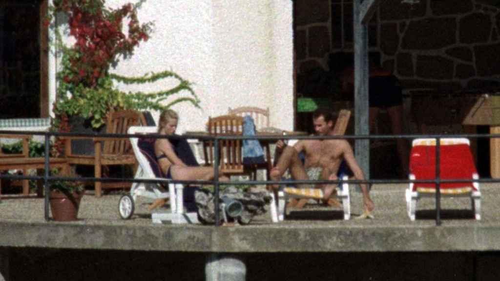 Eva Sannum y el rey Felipe, en la casa de los Fuster en el pantano de San Juan, en 1997.