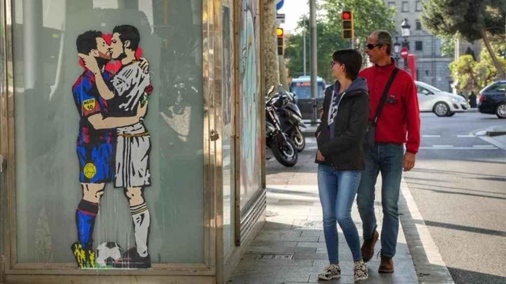 Una pareja observa 'El amor es ciego', de Tvboy.