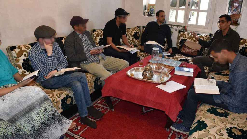 Las reuniones se celebran semanalmente en casas de clase media en las diferentes ciudades.