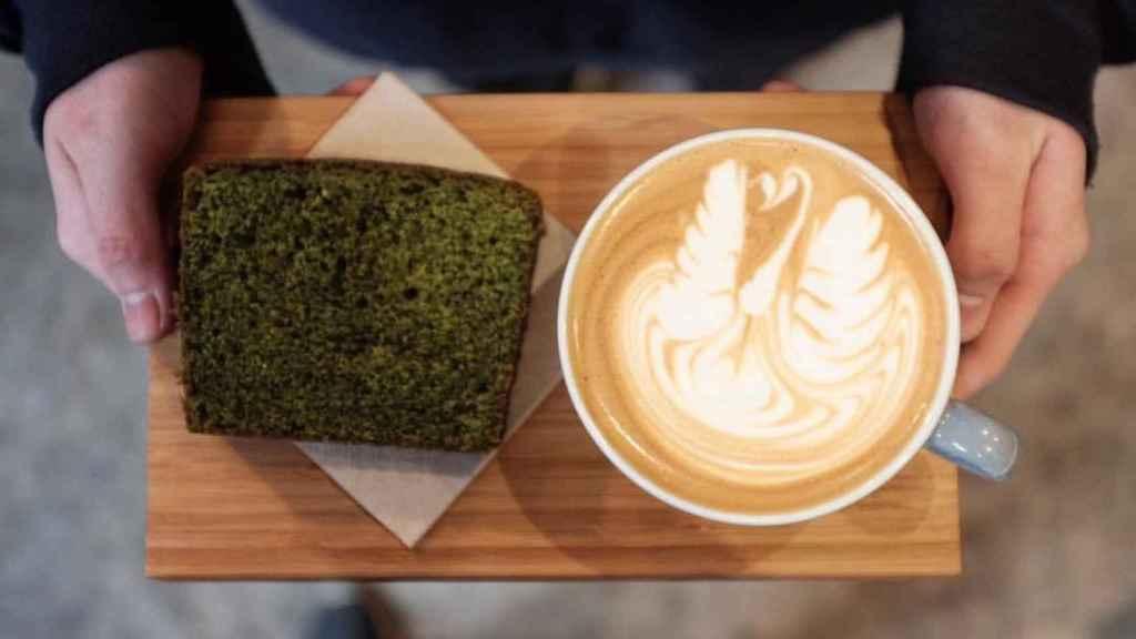 Bizcocho de té matcha con un capuccino en HanSo Café. | Foto: HanSo Café.