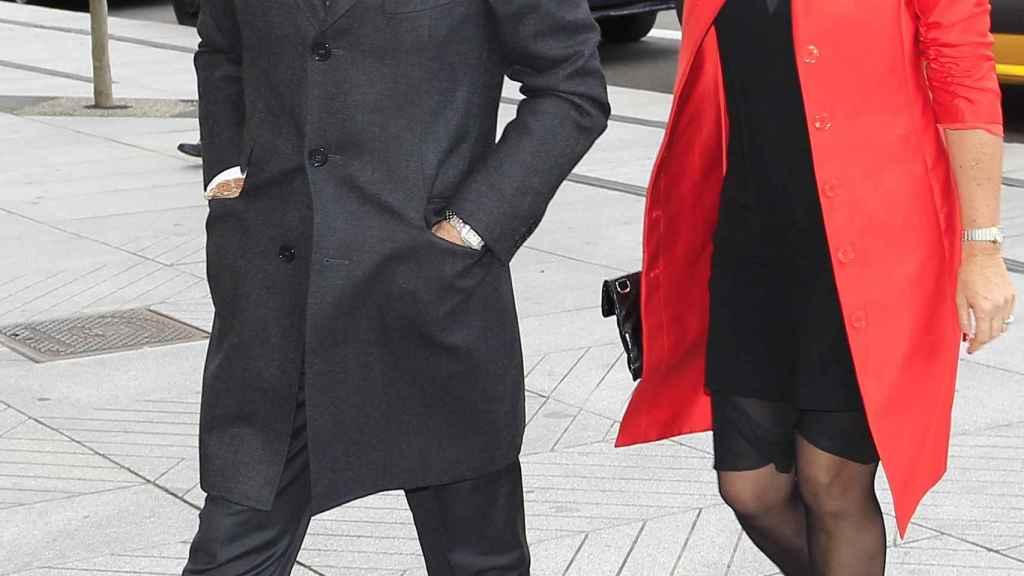 Ignacio González y Lourdes Mestre caminan por Madrid.