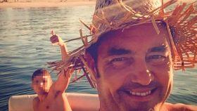Viéitez, en su yate en las Islas Cíes, con un joven.