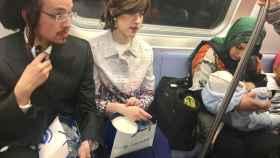 Dos judíos sentados junto a una mujer musulmana dando de comer a su bebé.