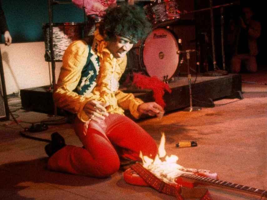 Jimi Hendrix prendre fuego a su guitarra en Monterey en 1967