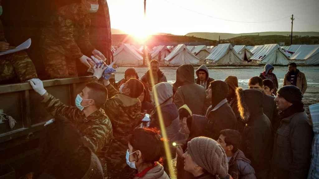 Soldados griegos abasteciendo a los migrantes, en Katsikas.