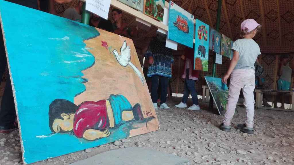 Exposición con obras de refugiados, en el campamento de Katsikas (Grecia).