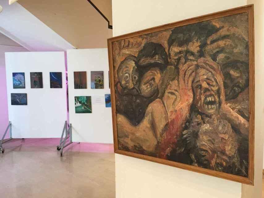 Exposición en Ioanni, con obra de Kawa en primer término.