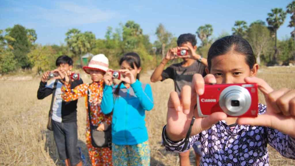 Niños en Camboya, durante un taller de fotografía.