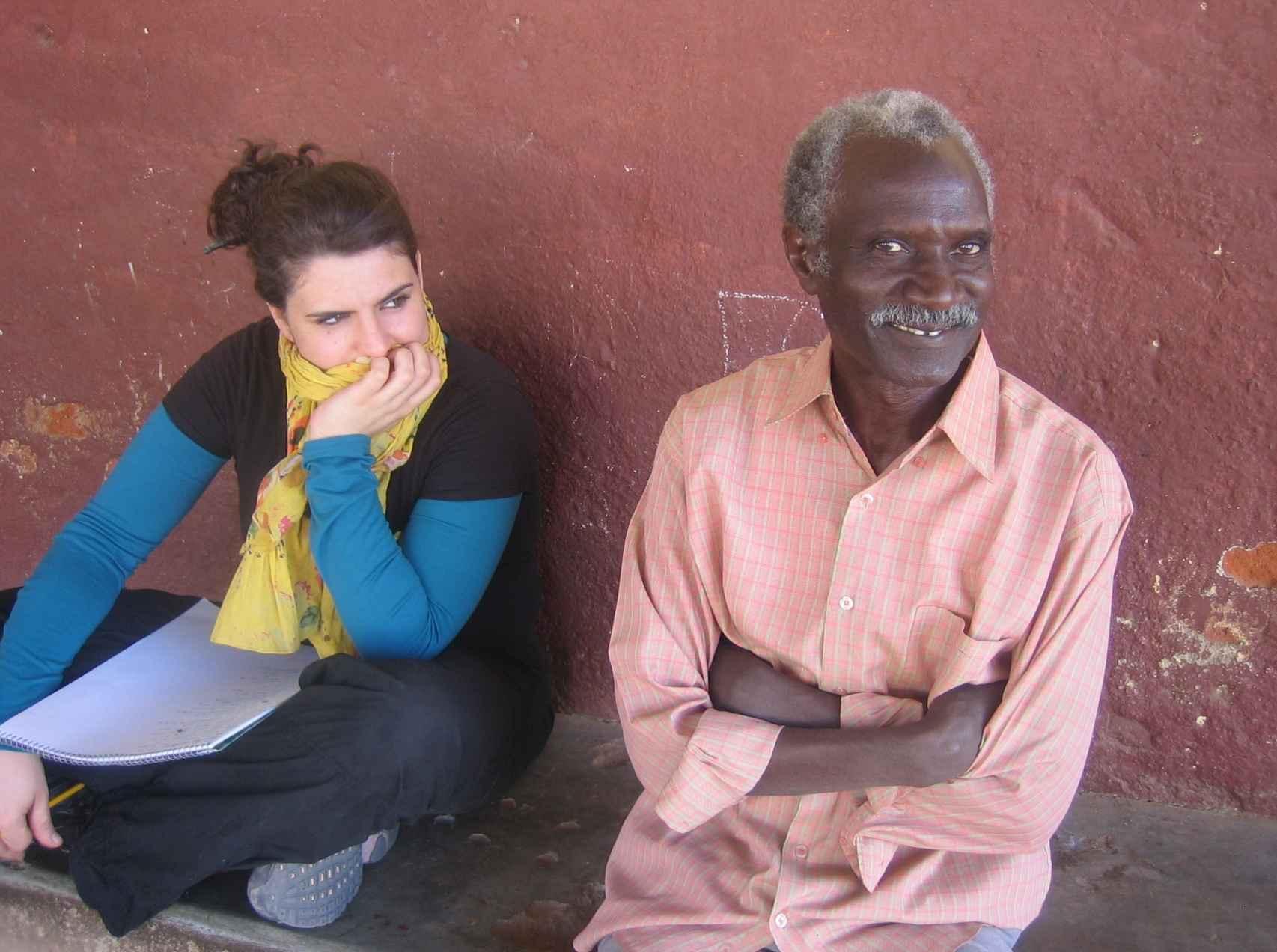 Berta junto a un participante en uno de los talleres en Darfur.