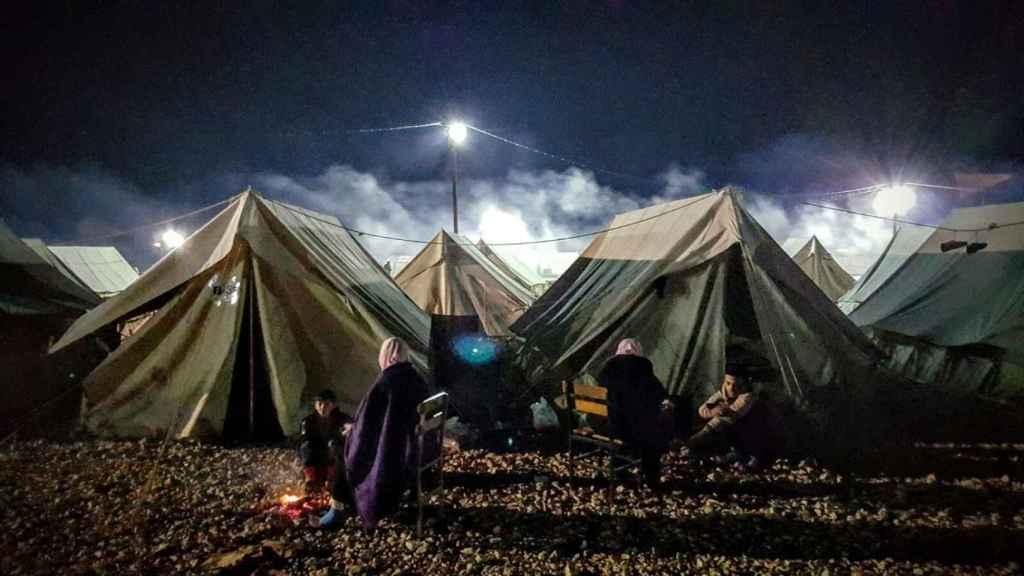 Los migrantes del campo de Katsikas pasando las horas.