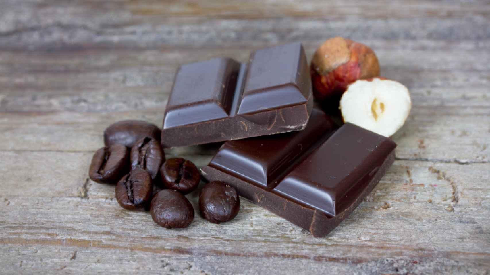 CHOCOLATE: además de su siempre apetecible sabor, el chocolate negro es uno de los mejores aliados de la belleza. En primer lugar, porque su consumo ayuda a mejorar nuestro estado de animo y eso, por lo tanto, se ve reflejado en nuestra piel. Y en segundo lugar, porque se trata de una gran fuente de antioxidantes que ayuda a luchar contra el envejecimiento. Además es un gran regenerador celular y un relajante muscular por excelencia. ¿Cómo tomarlo? Siempre negro y en su porcentaje más puro.  Foto: GTRES.
