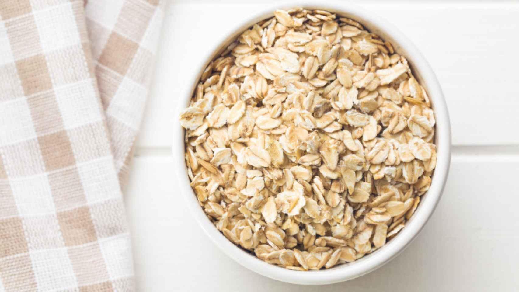 AVENA: este cereal de alto contenido en vitamina E y del grupo B, la avena se ha convertido en un gran aliado para cuidar tanto nuestro organismo como nuestra piel. Alimento muy completo, contiene aminoácidos y minerales esenciales como el potasio o el silicio que favorecen el crecimiento del cabello y uñas. Además, la avena es el ingrediente principal de muchos jabones y cosméticos corporales gracias a sus numerosas propiedades que hidratan y nutren la piel, especialmente recomendado para tratamientos de pieles sensibles y atópicas. ¿Cómo tomarlo? En batidos o yogures.  Foto: GTRES.
