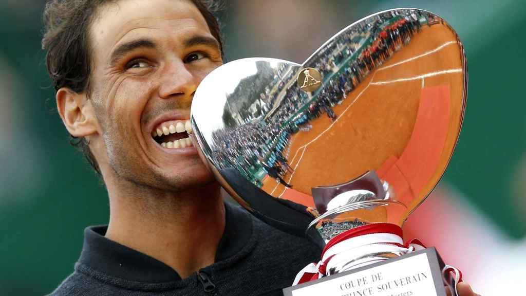 Nadal, mordiendo el título de campeón de Montecarlo.