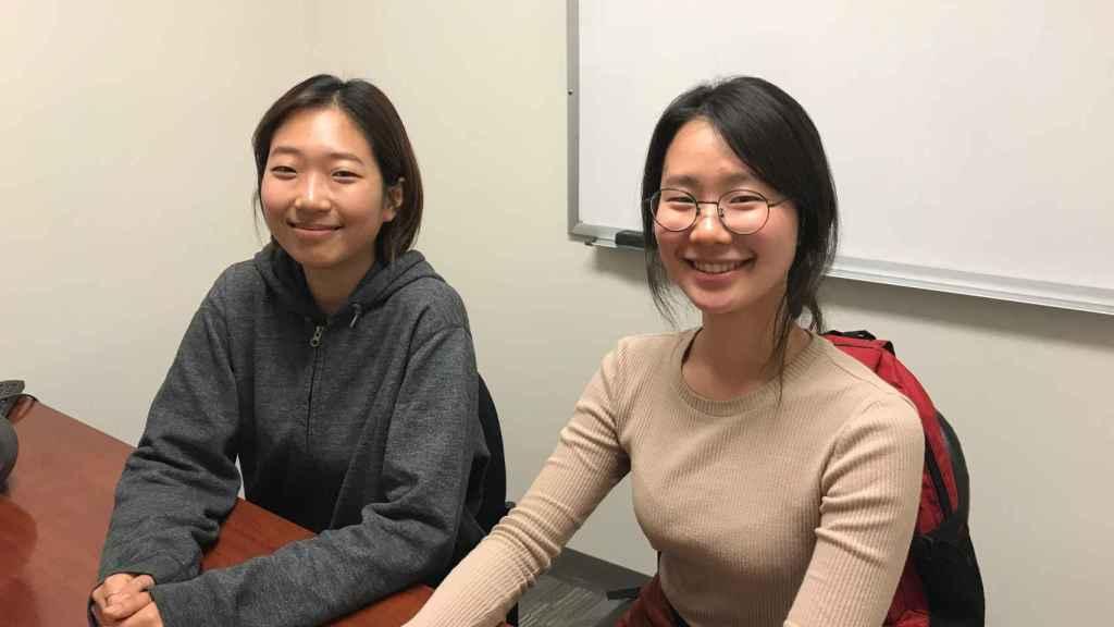 Jihye Kim (i) y Hee Kyun (d) son estudiantes surcoreanas en EEUU.