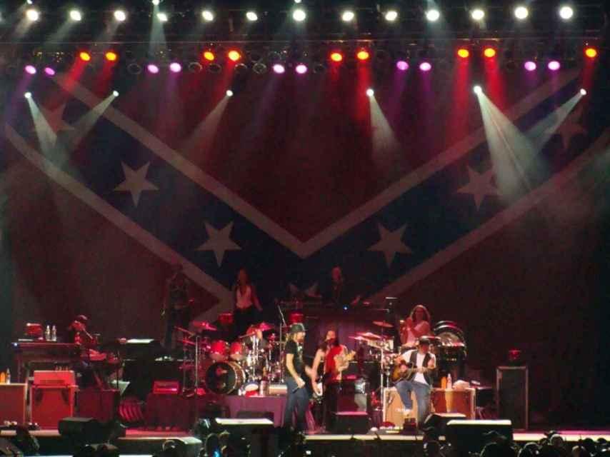 Kid Rock en uno de sus conciertos, con la bandera confederada al fondo.