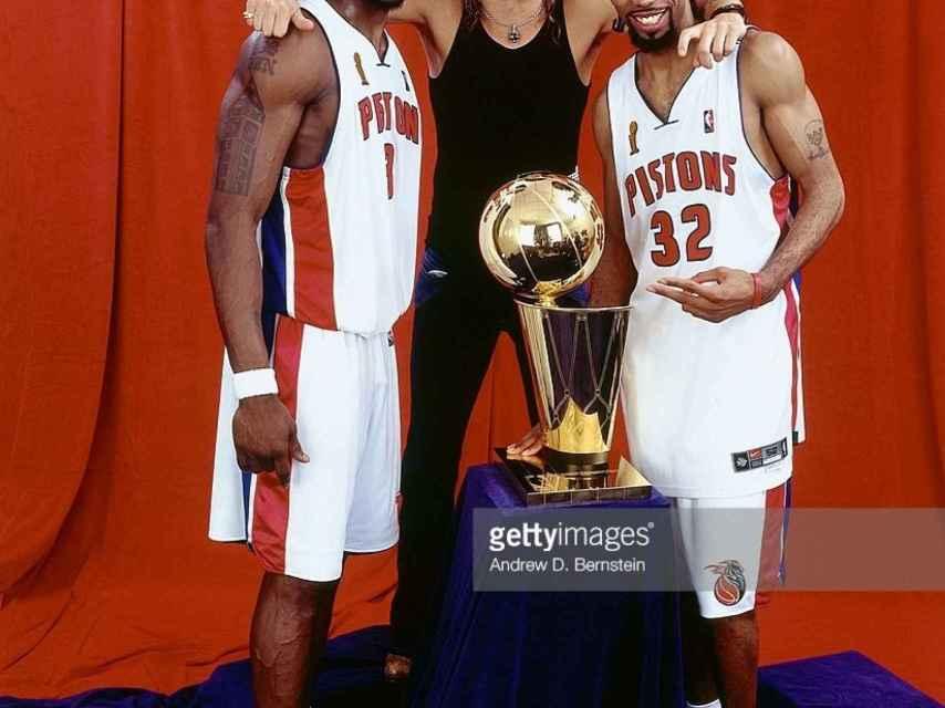 El cantante junto a los jugadores de Detroit Pistons, en la campaña de promoción del equipo.
