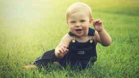 Un bebé en la hierba.