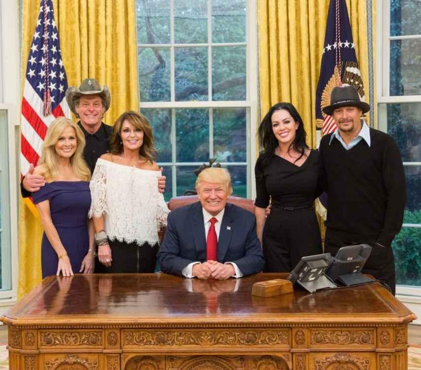 El presidente junto con los músicos Kid Rock y Ted Nugent, además de Sarah Palin.
