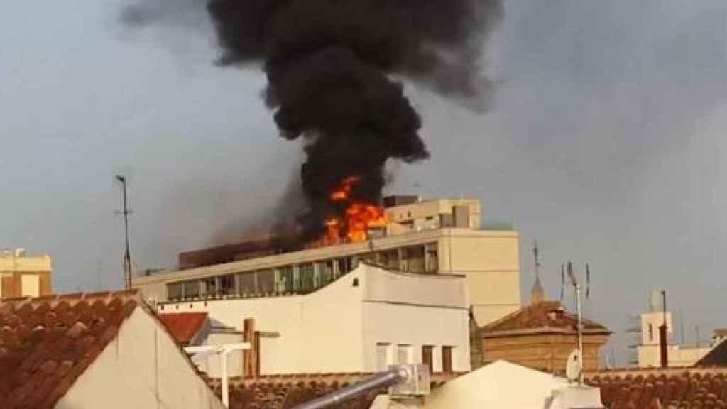 Vista del fuego en el bloque de viviendas