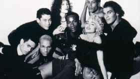 Madonna con sus bailarines en un fotograma del documental Bailando con Madonna.