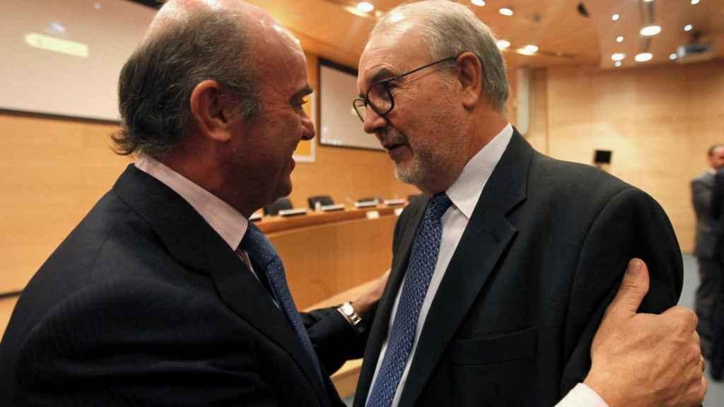 Luis de Guindos saluda a Pedro Solbes.