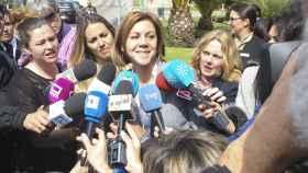 María Dolores de Cospedal atiende a los medios.